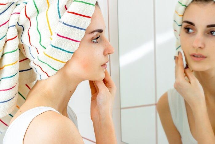 Chăm sóc và làm sạch da đúng cách giúp ngăn ngừa mụn cám xuất hiện