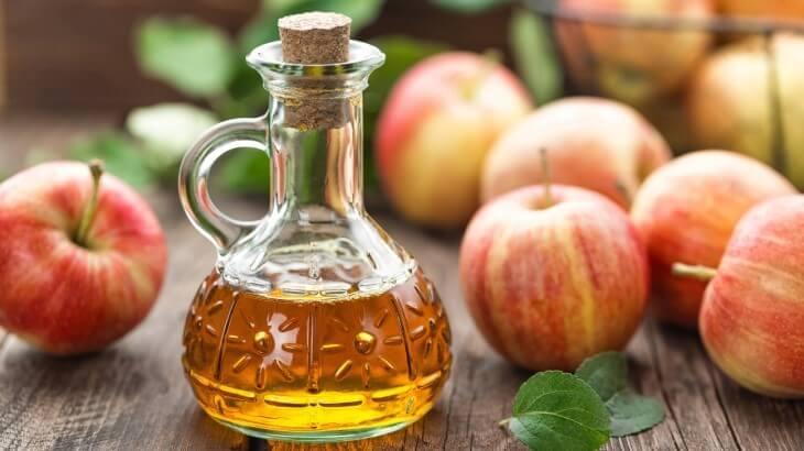 Giấm táo được làm từ cách lên men rượu táo, hoặc nước ép từ quả táo