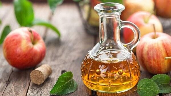 Giấm táo được làm từ rượu lên men giúp phá vỡ và loại bỏ axit uric ra khỏi cơ thể