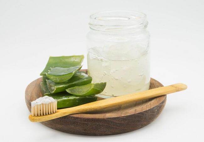 sử dụng kết hợp Kem đánh răng và nha đam để trị mụn an toàn hiệu quả