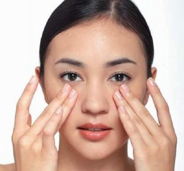 massage da nhẹ nhàng khi sử dụng kem dưỡng trắng da
