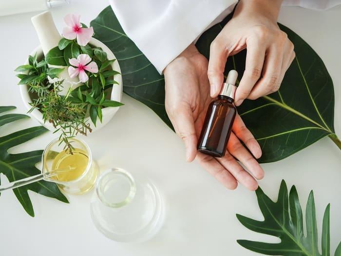 Nên ưu tiên lựa chọn serum có chiết xuất thiên nhiên cho da nhạy cảm