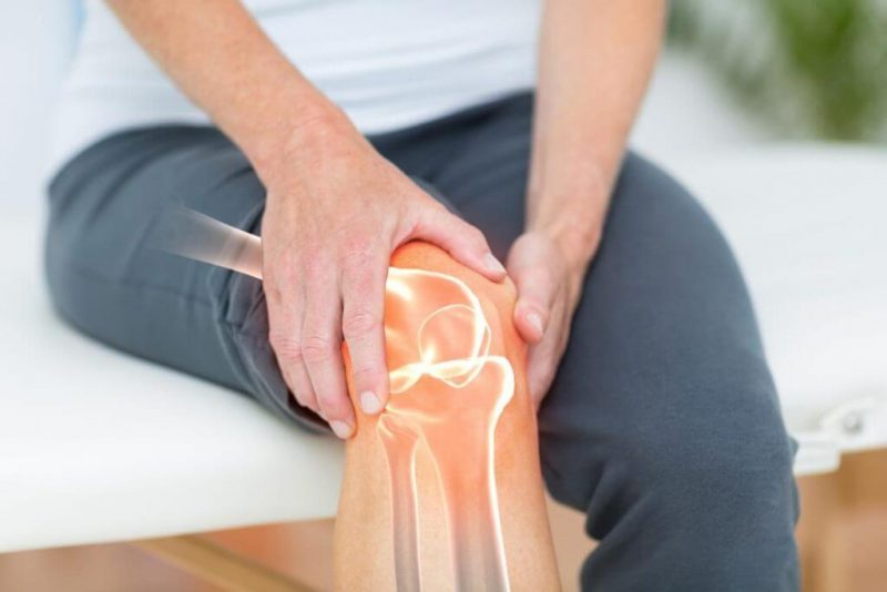 hình ảnh minh họa người bị đau khớp gối