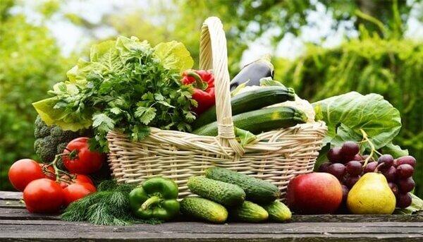 Rau xanh và trái cây chứa nhiều chất xơ vitamin và khoáng chất tốt cho người bị viêm gan B