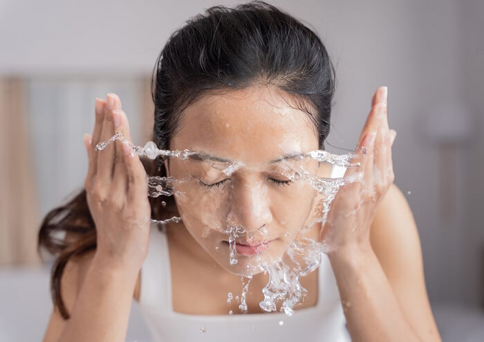 Rửa mặt thường xuyên để loại bỏ bụi bẩn bám trên da mặt