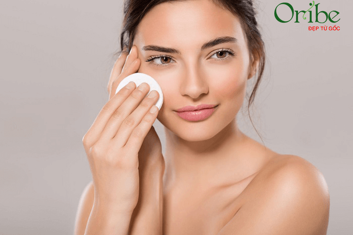 Tẩy trang giúp loại bỏ bụi bẩn, dầu nhờn và lớp trang điểm trên da