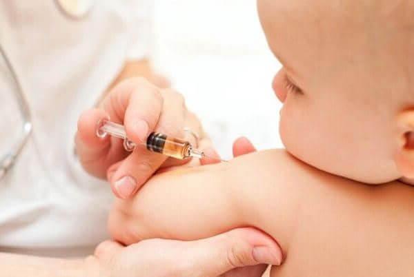 Tiêm vaccine phòng ngừa cho bé