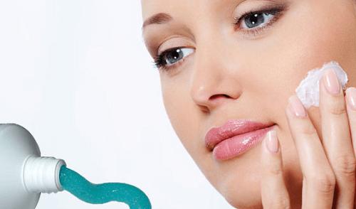 Trong kem đánh răng có thành phần giúp loại bỏ các tế bào chết giúp da luôn sáng mịn