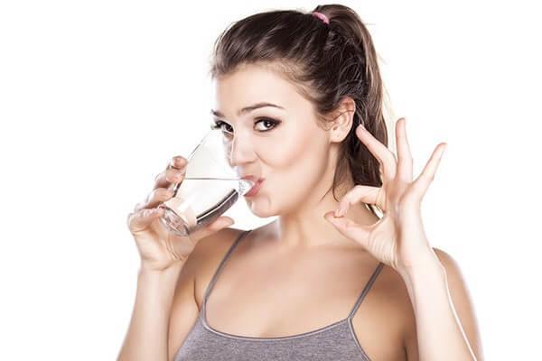 Uống nhiều nước giúp đào thải acid uric ra khỏi cơ thể